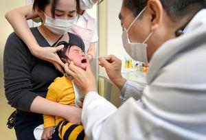 インフルエンザの検査を受ける子ども=今年2月、東京都足立区