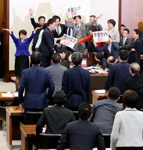 民進党議員などが反対する中、衆院厚生労働委で年金制度改革法案の採決が強行された=25日午後4時51分、岩下毅撮影