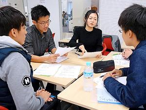 就活を経験した先輩(奥の2人)から自己分析のアドバイスを受ける留学生=立命館大大阪いばらきキャンパス