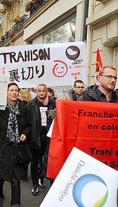 大量解雇に抗議してデモをする第一三共フランス法人の従業員たち=24日、パリ
