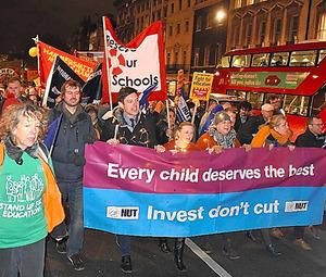 教育予算の削減反対を訴えて英政府の官庁街をデモ行進する教師ら=ロンドン
