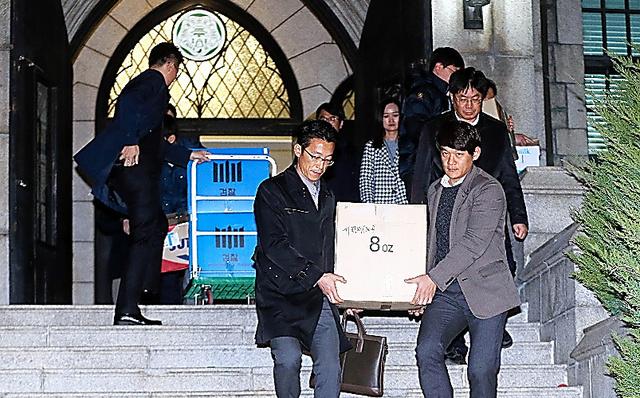 22日、ソウルの梨花女子大を強制捜査する韓国検察関係者=東亜日報提供