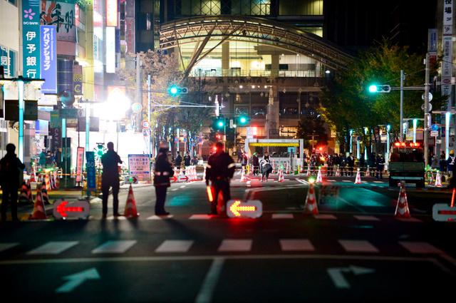 路面が沈下したため、再び一時的に通行止めとなった博多駅前の道路=26日午前3時3分、福岡市博多区、久松弘樹撮影