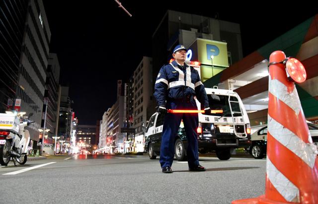 路面沈下の情報で封鎖された博多駅前の道路=26日午前3時26分、福岡市博多区博多駅前、久松弘樹撮影