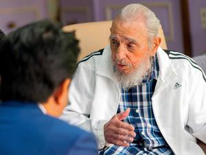 キューバのフィデル・カストロ前国家評議会議長(右)と会談する安倍晋三首相(今年9月22日午後、ハバナ、アレックス・カストロ氏提供)