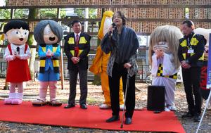 妖怪キャラクターの前であいさつをする武良布枝さん