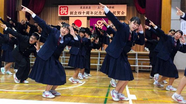 校歌をアレンジした曲で踊る生徒たち