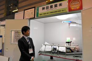 技術奨励賞をとった神田産業の「持ち運びができる救急室」。郡山市や須賀川市との防災協定で採用が決まっている=郡山市のビッグパレットふくしま