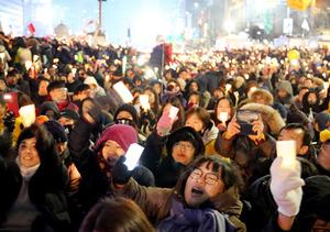 韓国の朴槿恵(パククネ)大統領の辞任を求める集会。参加者はろうそくを手にシュプレヒコールを繰り返した=26日午後7時50分、ソウル、東岡徹撮影