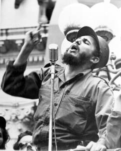 バチスタ政権が倒れた後の1959年2月、キューバの首都ハバナで演説するフィデル・カストロ氏=AP