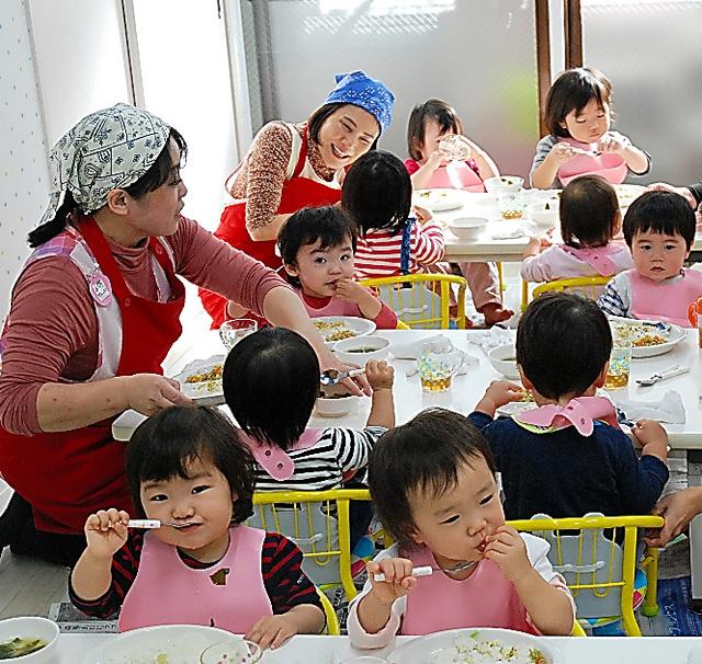 認可外園「いちご保育園」のお昼ご飯。来春の入園に約60人がキャンセル待ちをする=東京都練馬区