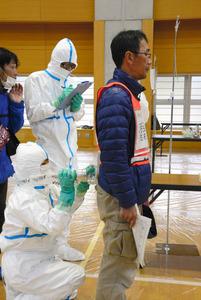 簡易除染などの訓練を受ける参加者ら=揖斐川町健康広場