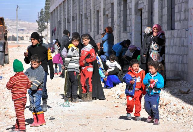 シリア北部アレッポで27日、難民キャンプに身を寄せた人たち=AFP時事