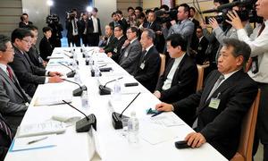 映画産業の海外展開に関する検討会議であいさつする萩生田光一官房副長官(左から2人目)=28日午後、首相官邸、岩下毅撮影