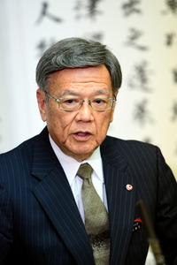 記者会見で質問に答える翁長雄志知事