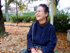 東京都内の女性の短大進学費用を援助した松田嘉子さん。「あの子は私の孫と思っている」と話す=京都府向日市