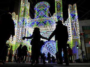 試験点灯であかりが入った神戸ルミナリエ=28日夜、神戸市中央区、水野義則撮影