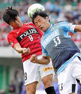 第2ステージ優勝を決めた10月29日の磐田戦で、頭で決勝ゴールを決めた浦和・武藤(左)=杉本康弘撮影