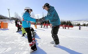 スノーボード国際大会の選手が子どもらに指導するイベント。こうした事業にも企業の寄付を活用する予定だ=北海道東川町提供