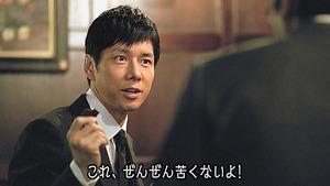 チョコレートを手にする西島秀俊さん=森永製菓提供
