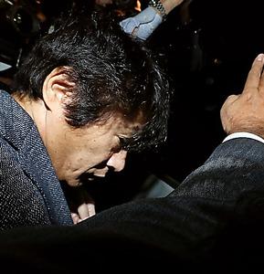 警察の車両に乗り込むASKA容疑者=28日午後8時23分、東京都目黒区、林敏行撮影
