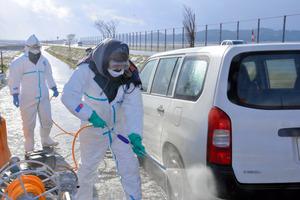現場から約3キロの国道280号に設けられた消毒ポイントでは、県職員らが畜産関係車両の消毒にあたった=29日午前10時27分、青森市、休波希撮影