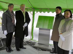 説明碑の前に立つキャンディ・ブランクマンさん(左端)とジェームズ・ネルソンさん(左から2番目)=鹿角市