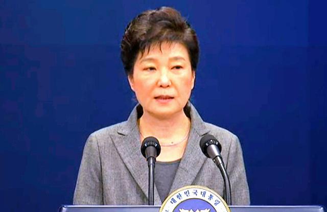 29日、自らの任期短縮を含めた進退について声明を発表する韓国の朴槿恵大統領=AP