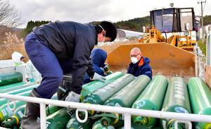 アヒルの殺処分に用いる二酸化炭素のボンベが搬入された=29日午後0時41分、青森市四戸橋