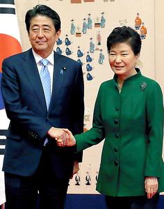 昨年11月、ソウルで会談した安倍晋三首相(左)と韓国の朴槿恵大統領