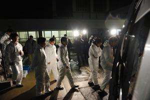 夜中に行われる作業のため養鶏場へ向かう県職員ら=29日午後5時33分、新潟県関川村、田中恭太撮影