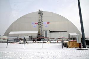 大事故を起こしたチェルノブイリ原発4号炉と石棺を保護する新しいかまぼこ形のシェルター=29日、ウクライナ北部チェルノブイリ、松尾一郎撮影