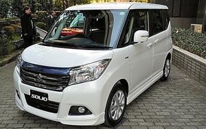 スズキの小型車「ソリオ」のハイブリッド車=29日、東京都内
