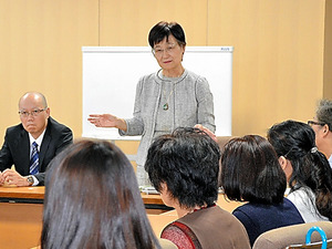裁判後に浅岡美恵弁護士の話を聞く被害者女性ら(手前)=10月、京都市