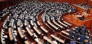 民進党の議員らが退席した衆院本会議で、年金制度改革法案が可決された=29日午後、岩下毅撮影