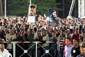 フィデル・カストロ前国家評議会議長の追悼集会で、肖像画を掲げる市民ら=29日夕、キューバ・ハバナ、遠藤啓生撮影