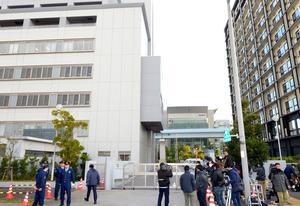 ASKA(本名・宮崎重明)容疑者の送検を待ち、東京湾岸署(左)前に集った報道陣=30日午前8時3分、東京都江東区、角野貴之撮影