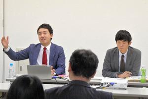 高校野球取材の裏話を語る福田大二朗アナウンサー(左)と野崎智也記者=鹿児島市
