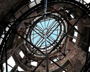 ドームの真下に張り巡らされた支柱。間からは青い空が見えた