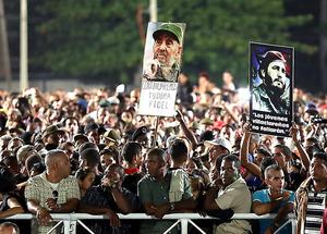 カストロ前議長の追悼集会で、肖像画を掲げる市民ら=29日夕、キューバ・ハバナ、遠藤啓生撮影