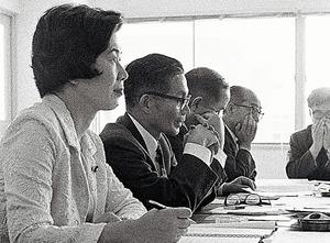 初当選から半年、公害問題の現地調査で工場を訪れた土井たか子議員(左)=1970年6月、山口県