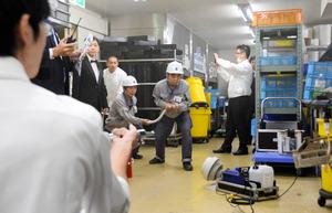 放水の訓練をするホテル従業員ら=岐阜都ホテル