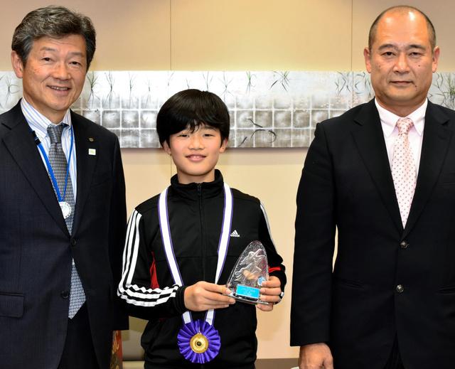 女子相撲3大大会を制した岸本はなさんと父親の武さん(右)、首藤市長=延岡市役所