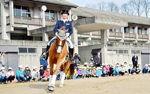 岡山)五輪出場の原田選手、地元の小学校で演技を披露