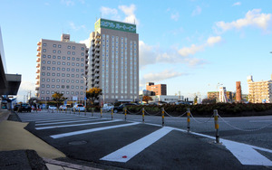 新幹線が通るJR岐阜羽島駅前=羽島市