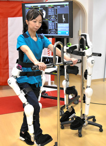「HAL」を装着して使い方を実演する理学療法士の伊達仁美さん=山口市