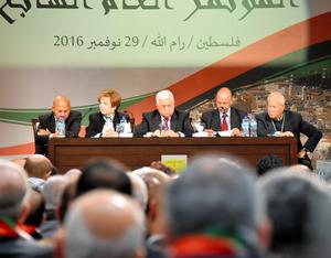7年ぶりに開かれたファタハ総会の開会式典に参加するパレスチナ自治政府のアッバス議長(中央)=29日、ラマラ、渡辺丘撮影