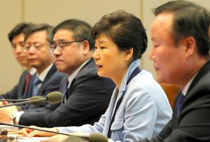 10月20日、大統領主催の首席秘書官会議に出席した当時の禹柄宇・大統領府民情首席秘書官(左から2人目)と、安鍾範・同政策調整首席秘書官(同3人目)=東亜日報提供