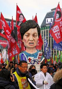 ソウル中心部で30日、朴槿恵大統領の辞任を求める抗議デモに参加する人たち=AFP時事