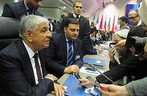 OPEC総会に臨む産油国の閣僚ら=30日、ウィーンのOPEC本部、寺西和男撮影
